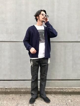 Dunkelblaue Strickjacke kombinieren – 483 Herren Outfits: Erwägen Sie das Tragen von einer dunkelblauen Strickjacke und einer dunkelgrauen Chinohose für ein Alltagsoutfit, das Charakter und Persönlichkeit ausstrahlt. Vervollständigen Sie Ihr Look mit schwarzen Chukka-Stiefeln aus Wildleder.