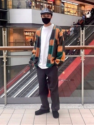 Schiebermütze kombinieren – 571+ Herren Outfits: Entscheiden Sie sich für Komfort in einer mehrfarbigen Strickjacke mit Karomuster und einer Schiebermütze. Komplettieren Sie Ihr Outfit mit schwarzen Chukka-Stiefeln aus Wildleder, um Ihr Modebewusstsein zu zeigen.