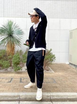 Transparente Sonnenbrille kombinieren – 500+ Herren Outfits: Eine dunkelblaue Strickjacke und eine transparente Sonnenbrille sind eine kluge Outfit-Formel für Ihre Sammlung. Komplettieren Sie Ihr Outfit mit weißen hohen Sneakers aus Segeltuch.
