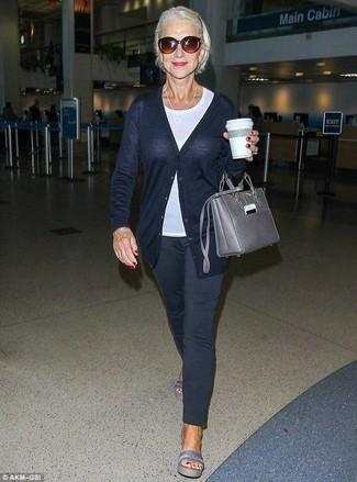 Graue Shopper Tasche aus Leder kombinieren – 180 Damen Outfits: Eine dunkelblaue Strickjacke und eine graue Shopper Tasche aus Leder sind wunderbar geeignet, um ein schönes, legeres Outfit zu zaubern. Graue flache Sandalen aus Leder sind eine kluge Wahl, um dieses Outfit zu vervollständigen.
