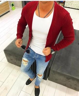Wie kombinieren: rote Strickjacke, weißes T-Shirt mit einem Rundhalsausschnitt, blaue enge Jeans mit Destroyed-Effekten, schwarze Leder Slipper mit Quasten