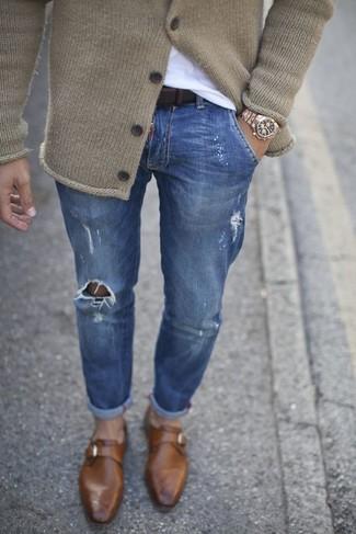 Wie kombinieren: hellbeige Strick Strickjacke, weißes T-Shirt mit einem Rundhalsausschnitt, blaue enge Jeans mit Destroyed-Effekten, braune Monks aus Leder