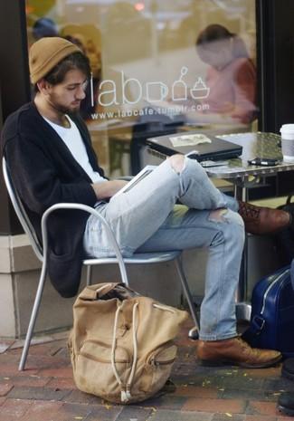 Wie kombinieren: schwarze Strickjacke, weißes T-Shirt mit einem Rundhalsausschnitt, hellblaue Jeans mit Destroyed-Effekten, braune Leder Brogues
