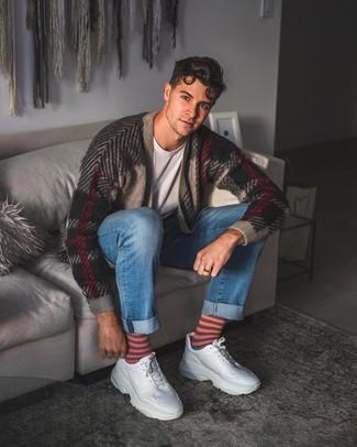 Wie kombinieren: mehrfarbige Strickjacke mit Schottenmuster, graues T-Shirt mit einem Rundhalsausschnitt, blaue Jeans, weiße Leder Sportschuhe