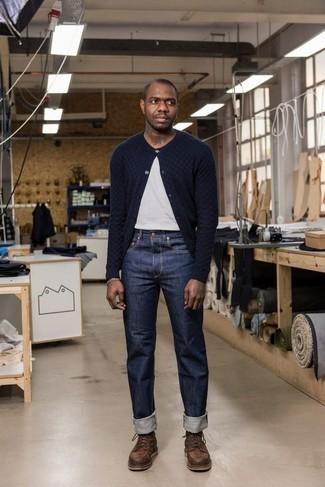 Braune Lederfreizeitstiefel kombinieren: trends 2020: Kombinieren Sie eine dunkelblaue Strickjacke mit dunkelblauen Jeans für ein großartiges Wochenend-Outfit. Fühlen Sie sich ideenreich? Vervollständigen Sie Ihr Outfit mit einer braunen Lederfreizeitstiefeln.