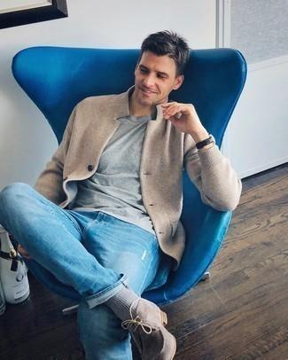 Graues T-Shirt mit einem Rundhalsausschnitt kombinieren – 1128+ Herren Outfits: Entscheiden Sie sich für ein graues T-Shirt mit einem Rundhalsausschnitt und hellblauen Jeans mit Destroyed-Effekten für einen entspannten Wochenend-Look. Fühlen Sie sich mutig? Entscheiden Sie sich für hellbeige Chukka-Stiefel aus Wildleder.