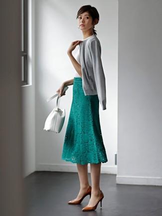 Wie kombinieren: graue Strickjacke, weißes T-Shirt mit einem Rundhalsausschnitt, grüner Midirock aus Spitze, braune Leder Pumps