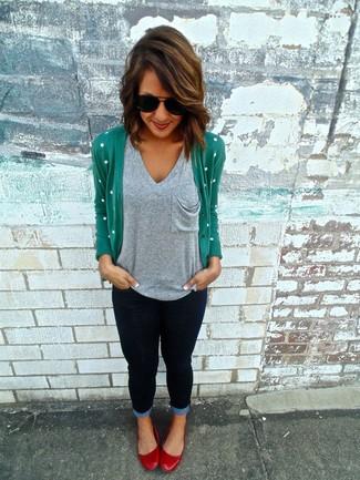 Wie kombinieren: grüne Strickjacke, graues T-Shirt mit einem V-Ausschnitt, dunkelblaue enge Jeans, rote Leder Ballerinas