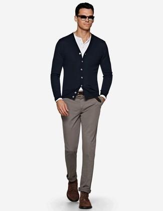 Dunkelblaue Strickjacke kombinieren: trends 2020: Tragen Sie eine dunkelblaue Strickjacke und eine graue Chinohose, um einen lockeren, aber dennoch stylischen Look zu erhalten. Vervollständigen Sie Ihr Look mit einer dunkelbraunen Wildlederfreizeitstiefeln.