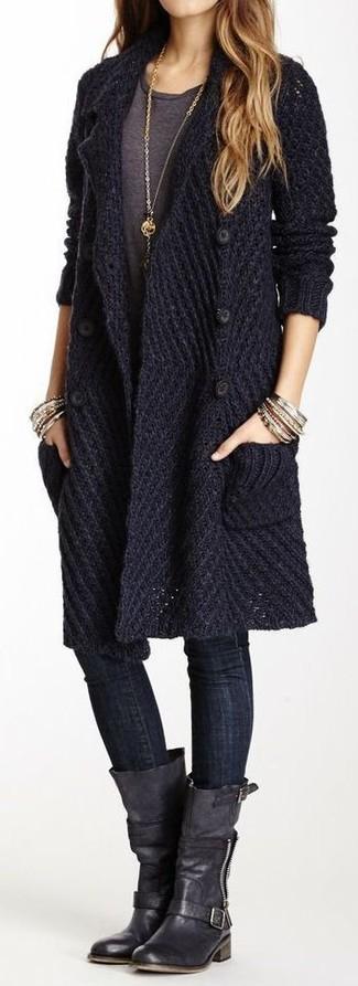 Erwägen Sie das Tragen von einer dunkelblauen Strick Strickjacke und schwarzen engen Jeans für ein bequemes Outfit, das außerdem gut zusammen passt. Komplettieren Sie Ihr Outfit mit schwarzen kniehohe Stiefeln aus Leder.