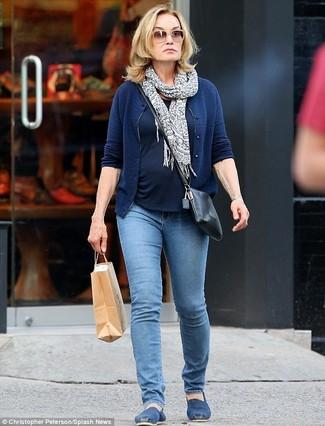 Jessica Lange trägt Dunkelblaue Strickjacke, Dunkelblaues T-Shirt mit Rundhalsausschnitt, Blaue Jeans, Blaue Espadrilles