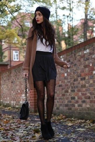 Die Paarung aus einer braunen Strick Strickjacke und einem schwarzen Falten Minirock ist eine komfortable Wahl, um Besorgungen in der Stadt zu erledigen. Heben Sie dieses Ensemble mit schwarzen Wildleder Stiefeletten hervor.
