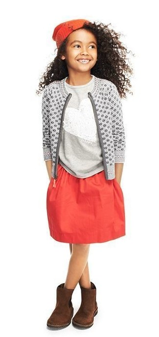 Wie kombinieren: graue bedruckte Strickjacke, graues Paillette T-shirt, roter Rock, dunkelbraune Ugg Stiefel