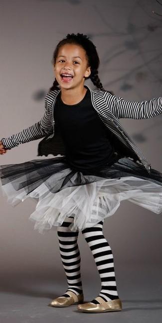 Wie kombinieren: weiße und schwarze horizontal gestreifte Strickjacke, schwarzes T-shirt, weißer Rock aus Netzstoff, goldene Ballerinas