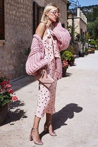 Wie kombinieren: rosa Strick Strickjacke, rosa gepunktetes Trägerkleid, goldene Leder Sandaletten, rosa Leder Clutch