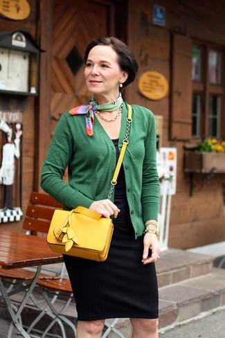 50 Jährige: Outfits Damen 2020: Entscheiden Sie sich für eine grüne Strickjacke und einen schwarzen Bleistiftrock, um einen modischen, entspannten Look zu erzeugen.