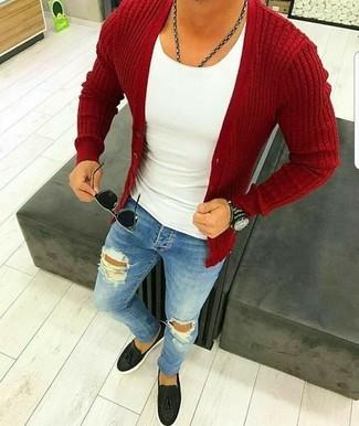 Wie kombinieren: rote Strickjacke, weißes Trägershirt, blaue enge Jeans mit Destroyed-Effekten, schwarze Leder Slipper mit Quasten