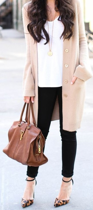 Paaren Sie eine hellbeige Strickjacke mit einem Unterteil, um einen schicken, glamurösen Outfit zu schaffen. Braune Leder Pumps mit Leopardenmuster sind eine kluge Wahl, um dieses Outfit zu vervollständigen.