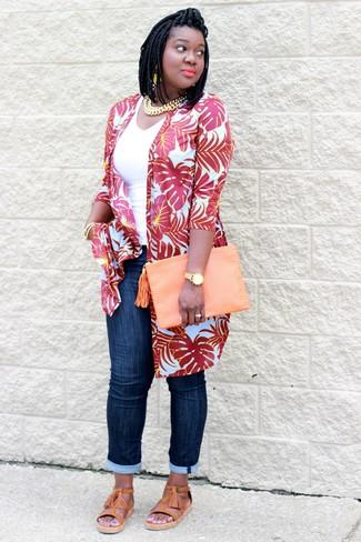 Rote Strickjacke kombinieren – 6 Sommer Damen Outfits: Entscheiden Sie sich für eine rote Strickjacke und dunkelblauen Jeans, um einen stilsicheren Casual-Look zu erreichen. Fühlen Sie sich ideenreich? Entscheiden Sie sich für beige Römersandalen aus Leder. Im Sommer kommen Sie mit diesem Look trotzdem stylisch durch den Alltag.