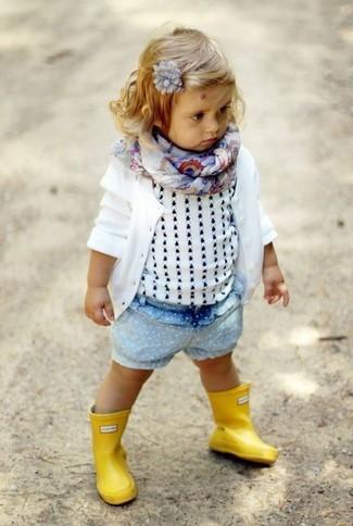 Wie kombinieren: weiße Strickjacke, weißes Trägershirt, hellblaue Jeansshorts, gelbe Gummistiefel