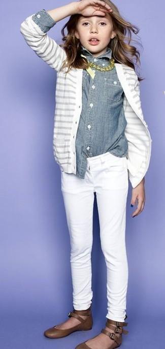 Wie kombinieren: weiße Strickjacke, graues Jeans Businesshemd, weiße Jeans, braune Ballerinas