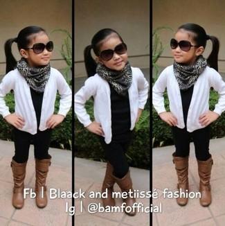 Wie kombinieren: weiße Strickjacke, schwarzes T-shirt, schwarze Leggings, braune Stiefel