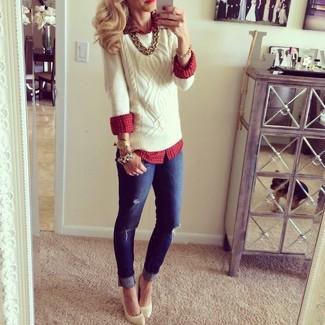 3924530a3f49 weißer Strickpullover, rote Bluse mit Knöpfen mit Schottenmuster,  dunkelblaue enge Jeans mit Destroyed-Effekten, hellbeige Leder Pumps für  Damen   Damenmode