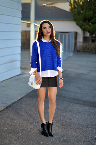 Wie kombinieren: blauer Strickpullover, weißes Businesshemd, schwarzer Leder Minirock, schwarze Leder Stiefeletten
