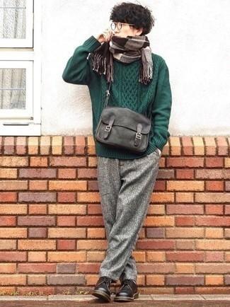 Graue Wollchinohose kombinieren – 248 Herren Outfits: Vereinigen Sie einen dunkelgrünen Strickpullover mit einer grauen Wollchinohose für ein bequemes Outfit, das außerdem gut zusammen passt. Ergänzen Sie Ihr Outfit mit dunkelbraunen Leder Derby Schuhen, um Ihr Modebewusstsein zu zeigen.