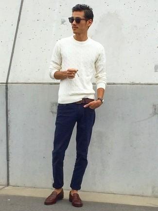 Weißen Strickpullover kombinieren: trends 2020: Vereinigen Sie einen weißen Strickpullover mit einer dunkelblauen Chinohose für ein sonntägliches Mittagessen mit Freunden. Fühlen Sie sich ideenreich? Komplettieren Sie Ihr Outfit mit dunkelbraunen Leder Slippern.