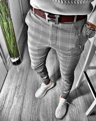 Wie kombinieren: grauer Strickpullover, graue Chinohose mit Schottenmuster, graue Sportschuhe, dunkelroter Ledergürtel