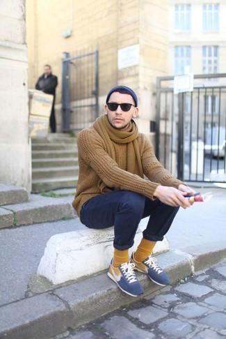 Rotbraune Socken kombinieren – 312 Herren Outfits: Tragen Sie einen beige Strickpullover und rotbraunen Socken für einen entspannten Wochenend-Look. Ergänzen Sie Ihr Look mit blauen Sportschuhen.