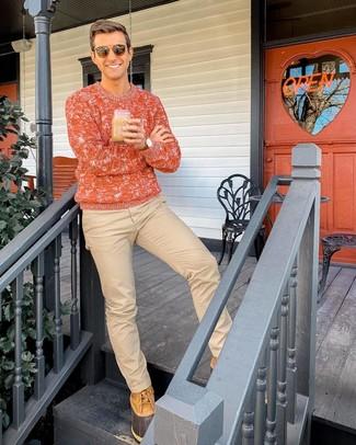 Wie kombinieren: orange Strickpullover, beige Chinohose, beige Winterschuhe, braune Sonnenbrille