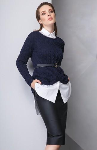 Wie kombinieren: dunkelblauer Strickpullover, weißes Businesshemd, schwarzer Leder Bleistiftrock, schwarzer Leder Taillengürtel