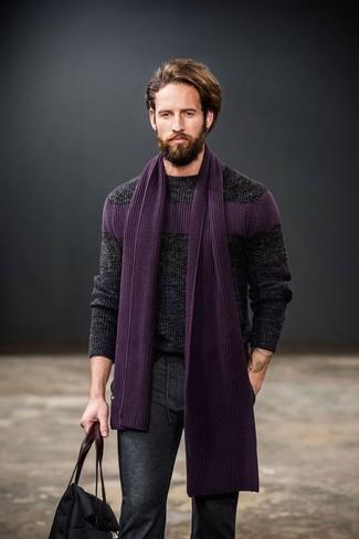 Lila Schal kombinieren: trends 2020: Für ein bequemes Couch-Outfit, kombinieren Sie einen dunkelgrauen Strickpullover mit einem lila Schal.