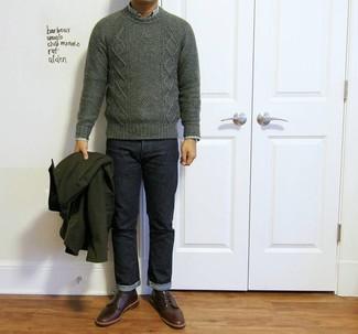 Wie kombinieren: dunkelgrüner Strickpullover, grünes Langarmhemd mit Schottenmuster, dunkelblaue Jeans, dunkelrote Leder Derby Schuhe