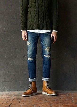 Blaue enge Jeans mit Destroyed-Effekten kombinieren: trends 2020: Kombinieren Sie einen dunkelgrünen Strickpullover mit blauen engen Jeans mit Destroyed-Effekten für einen entspannten Wochenend-Look. Rotbraune Brogue Stiefel aus Leder bringen Eleganz zu einem ansonsten schlichten Look.