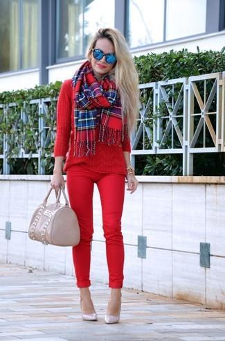 Wie kombinieren: roter Strickpullover, rote enge Hose, hellbeige Leder Pumps, hellbeige Shopper Tasche aus Leder