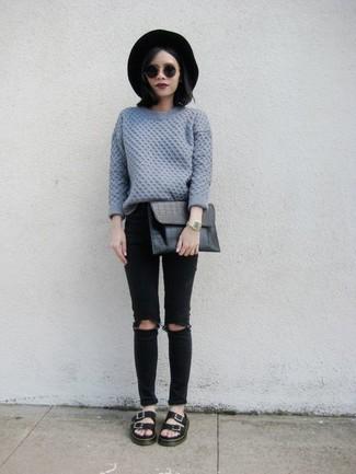 Entscheiden Sie sich für Komfort in einem grauen Strickpullover und schwarzen engen Jeans mit Destroyed-Effekten. Ergänzen Sie Ihr Look mit schwarzen flachen Sandalen aus Leder.