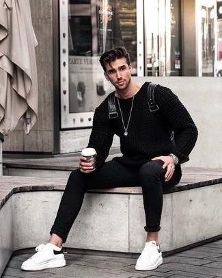 Wie kombinieren: schwarzer Strickpullover, schwarze enge Jeans, weiße Leder niedrige Sneakers, schwarzer Leder Rucksack
