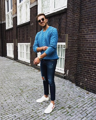 Dunkelblaue enge Jeans mit Destroyed-Effekten kombinieren: trends 2020: Für ein bequemes Couch-Outfit, kombinieren Sie einen blauen Strickpullover mit dunkelblauen engen Jeans mit Destroyed-Effekten. Weiße Leder niedrige Sneakers bringen klassische Ästhetik zum Ensemble.