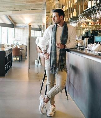 Weißen Strickpullover kombinieren – 106 Herren Outfits: Kombinieren Sie einen weißen Strickpullover mit hellbeige engen Jeans für ein Alltagsoutfit, das Charakter und Persönlichkeit ausstrahlt. Wenn Sie nicht durch und durch formal auftreten möchten, vervollständigen Sie Ihr Outfit mit weißen Sportschuhen.