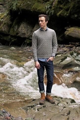 Wie kombinieren: grauer Strickpullover, blaues Chambray Langarmhemd, dunkelblaue Jeans, beige Winterschuhe