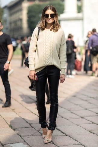 Wie kombinieren: hellbeige Strickpullover, schwarze Leder enge Jeans, hellbeige Leder Sandaletten, schwarze Sonnenbrille