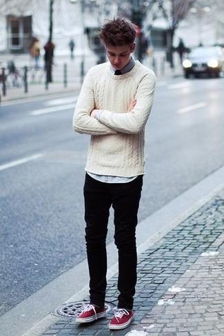 Wie kombinieren: hellbeige Strickpullover, schwarze Jeans, dunkelrote Leinenschuhe, dunkelrote Krawatte