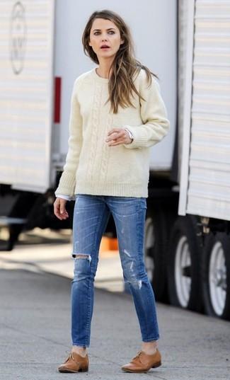 Wie kombinieren: hellbeige Strickpullover, weißes Langarmshirt, blaue enge Jeans mit Destroyed-Effekten, beige Leder Oxford Schuhe