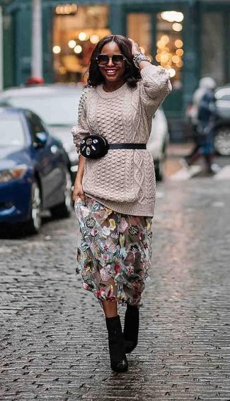 Wie kombinieren: hellbeige Strickpullover, grauer Tüll Maxirock mit Blumenmuster, schwarze Leder Stiefeletten, schwarze Wildleder Bauchtasche