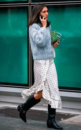 Schwarze kniehohe Stiefel aus Leder kombinieren – 191 Damen Outfits: Vereinigen Sie einen hellblauen Strickpullover mit einem weißen und schwarzen gepunkteten Midikleid für ein Alltags-Outfit, das, Charme und Charakter vermittelt. Fühlen Sie sich ideenreich? Entscheiden Sie sich für schwarzen kniehohe Stiefel aus Leder.