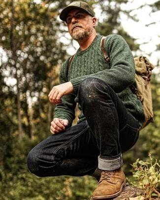 50 Jährige: Outfits Herren 2021: Die Paarung aus einem dunkelgrünen Strickpullover und schwarzen Jeans ist eine komfortable Wahl, um Besorgungen in der Stadt zu erledigen. Eine braune Wildlederfreizeitstiefel bringen Eleganz zu einem ansonsten schlichten Look.