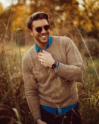 Wie kombinieren: brauner Strickpullover, blaues Jeanshemd, schwarze Jeans, dunkelbraune Sonnenbrille